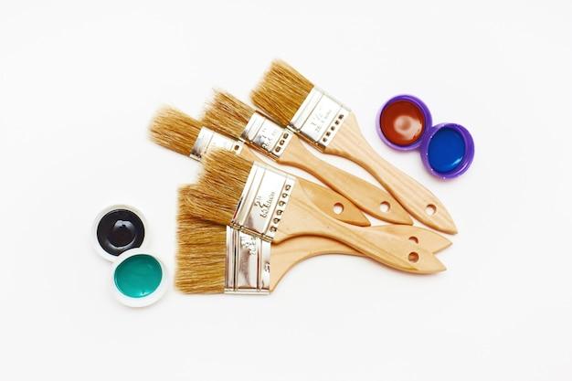 Set van vijf nieuwe renovatieborstels met verf