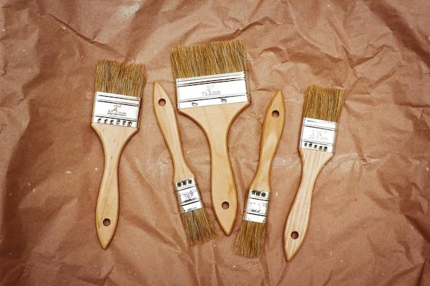 Set van vijf renovatieborstels op ambachtelijk papier