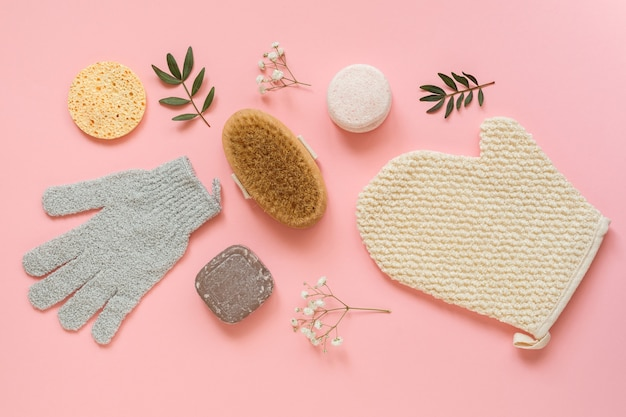 Set van vrouwelijke huidverzorgingsproducten. make-upproducten en huidreinigers op de achtergrond van de natuurplant.
