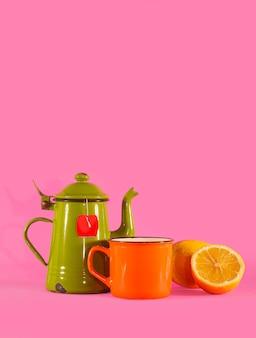 Set van vvntage theekopje, oranje beker en citroen