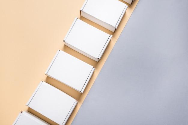Set van wit karton, kartonnen platte verzenddozen op beige