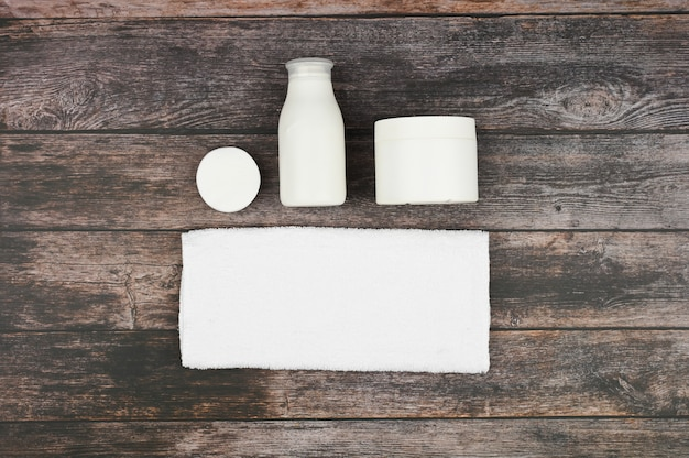 Set van witte cosmetische containers op houten achtergrond. merk verpakking mockup