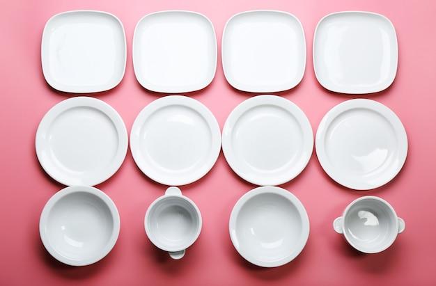 Set van witte gerechten op roze