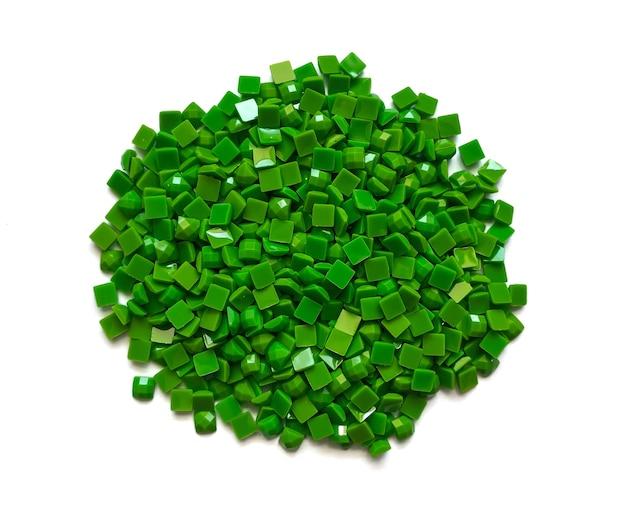Set van zachte groene diamanten voor diamant borduurwerk geïsoleerd op een witte achtergrond. hobby's en doe-het-zelf, materialen voor het maken van diamantborduurwerk.