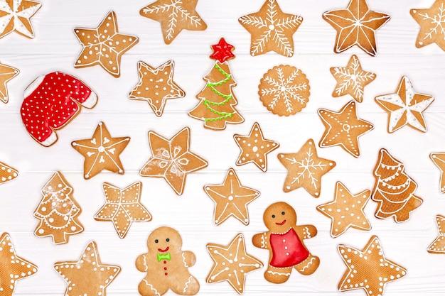 Set van zelfgemaakte peperkoek kerstkoekjes op tafel, bovenaanzicht