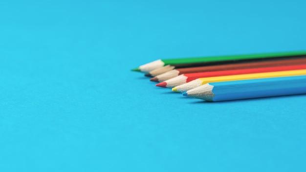 Set van zes kleurpotloden op een blauwe ondergrond