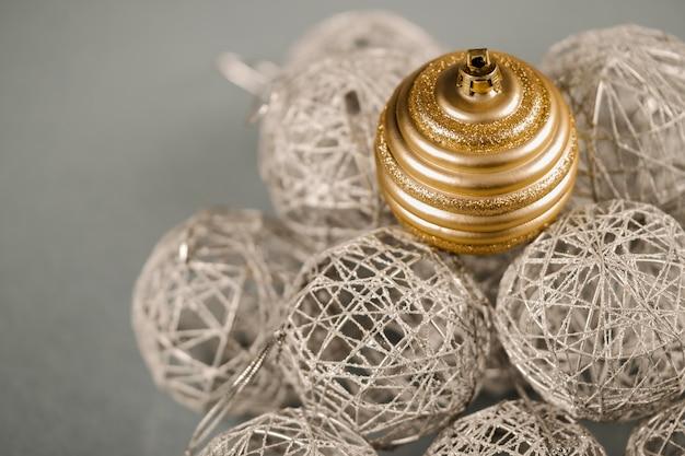 Set van zilveren en gouden kerst ornamenten