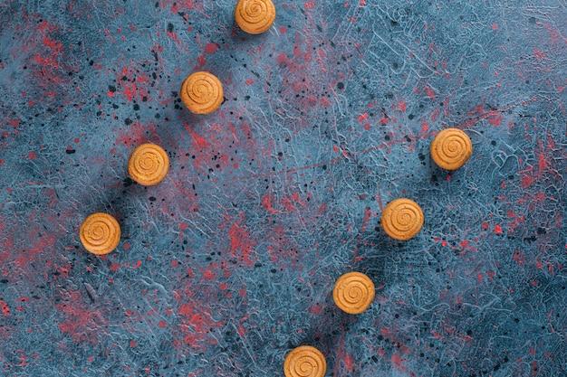 Set van zoete heerlijke verse ronde koekjes op een donkere achtergrond.
