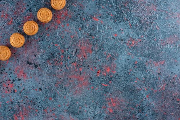 Set van zoete heerlijke verse ronde koekjes op een donkere ondergrond