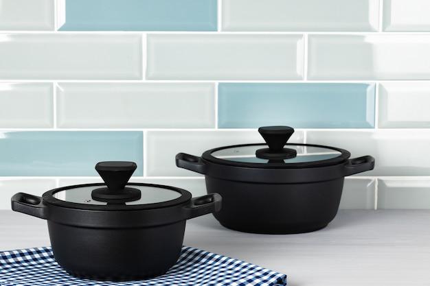 Set van zwarte kookgerei op aanrecht