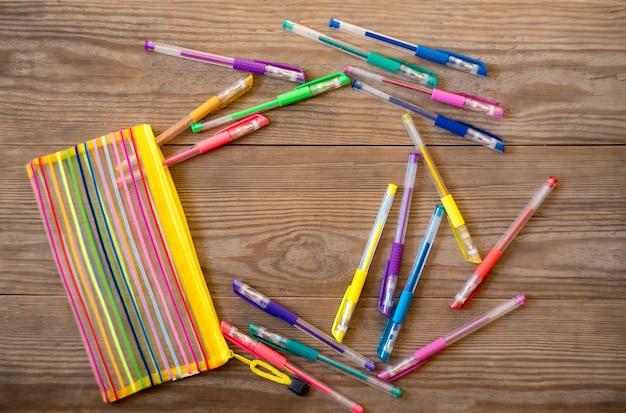 Set veelkleurige gel pennen op een houten achtergrond