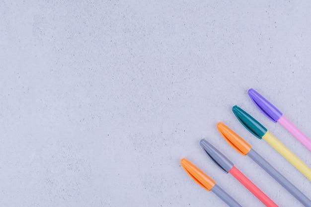 Set veelkleurige potloden voor mandala-kleuren.