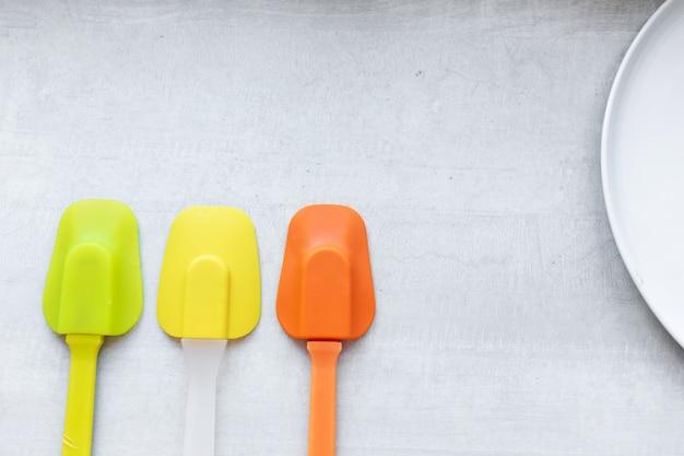 Set veelkleurige siliconen spatels, keukengereedschap. zoet gebak, recepten, koken