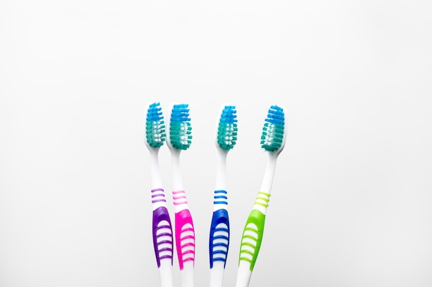 Set veelkleurige tandenborstels voor een gezin van vier geïsoleerd op een witte achtergrond