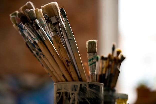 Set verfborstels voor professioneel schilderen in blik in moderne tekenstudio of klaslokaal op de kunstacademie