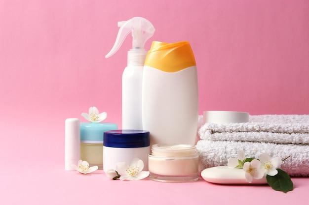 Set verzorgingscosmetica op een gekleurde achtergrond