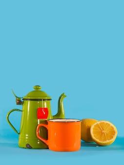 Set vintage theekopje, oranje beker en citroen