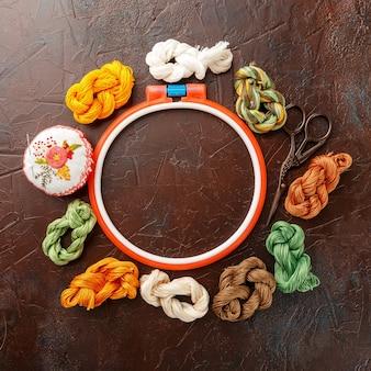 Set voor borduren, borduurring, linnen stof, draad, schaar, geborduurd naaldbed