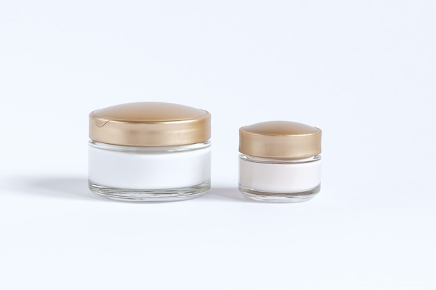 Set voor huidverzorging rond de ogen en de huid bestaande uit glazen potten met crème en serum