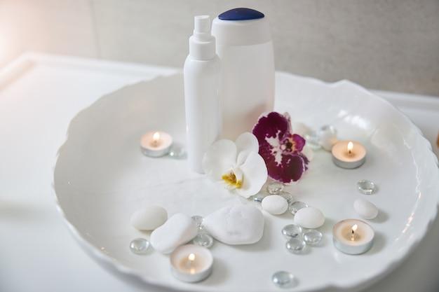 Set voor spa-procedure met orchideeën, douchegel en lotion
