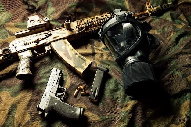 Set wapens van een jager van een speciale eenheid. machinegeweer, gasmasker, pistool. bovenaanzicht.
