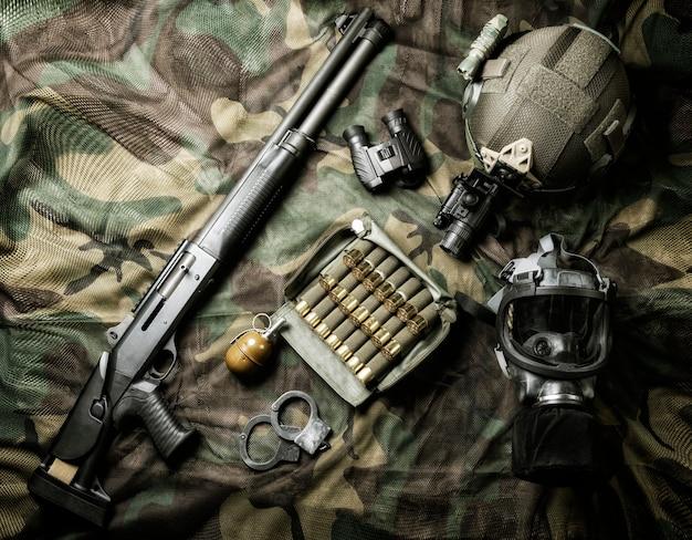 Set wapens van een jager van een speciale eenheid. shotgun, munitie, granaat, handboeien en gasmasker. bovenaanzicht.