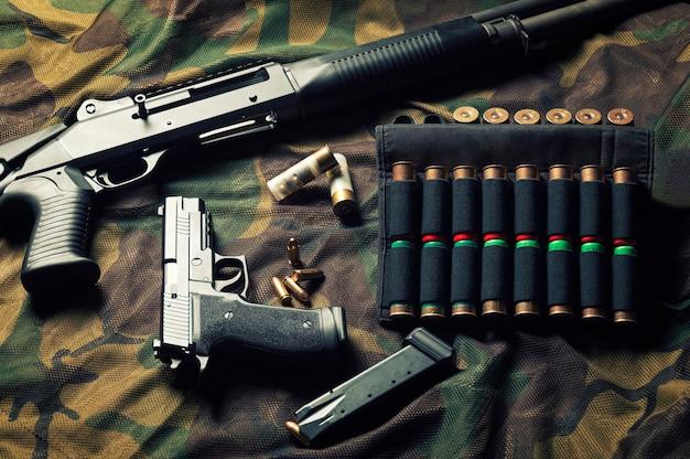 Set wapens van een jager van een speciale eenheid. shotgun, patronen, pistool. bovenaanzicht.