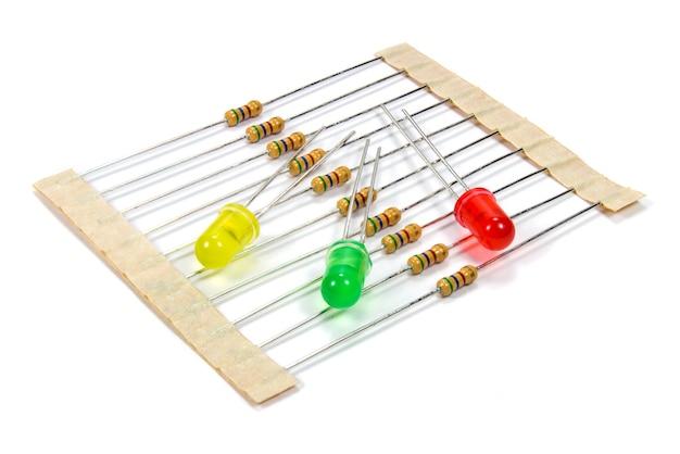 Set weerstanden en gekleurde led-diodes op wit
