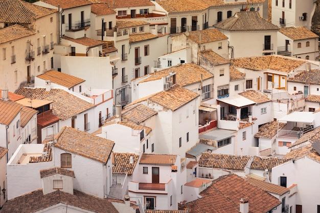 Setenil de las bodegas een van de beroemde witte steden uit de regio cadiz in andalusië, spanje.