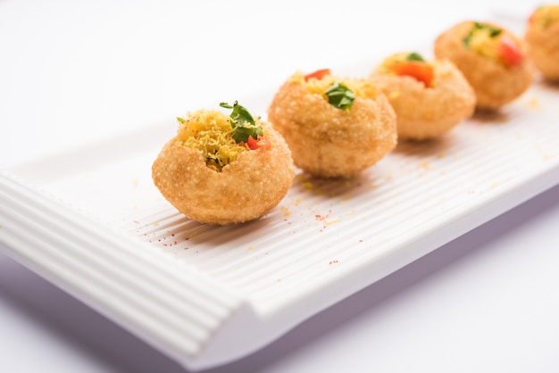 Sev puri - indiase snack en een soort chaat. populair in mumbai pune van maharashtra. het is een bermvoedsel dat ook als voorgerecht wordt geserveerd in restaurants