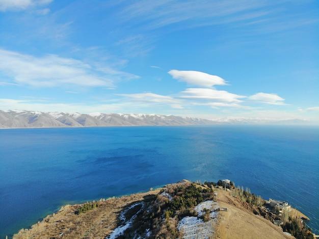 Sevan lake en sevanavank oudste kerk. bergen land armenië. luchtfoto van bovenaf door drone.