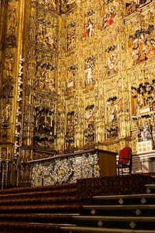 Sevilla, spanje. hoofdaltaar van goud, 400 jaar oud