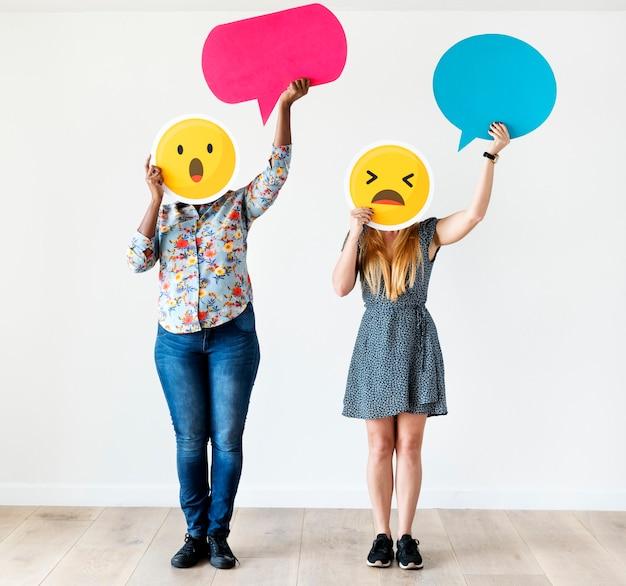 Sex tussen verschillendre rassen vrouwen met een expressief emoticongezicht