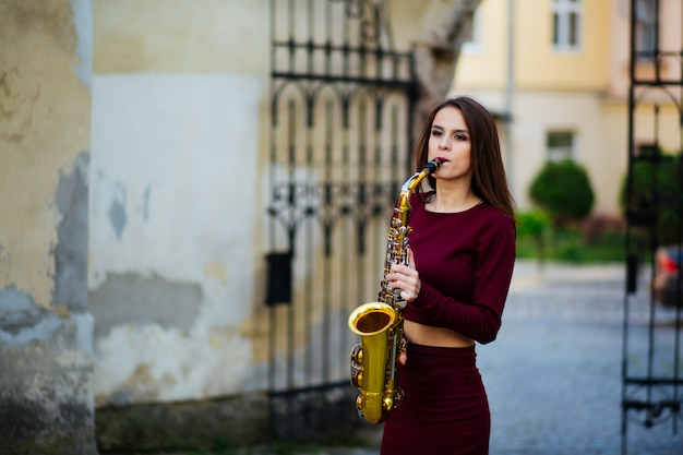Sexy aantrekkelijke vrouw met saxofoon in oekraïne, europa