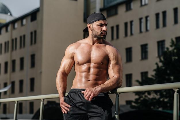 Sexy atleet vormt topless.