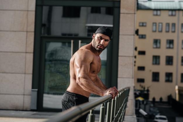 Sexy atleet zuigt en poseert topless. europa.