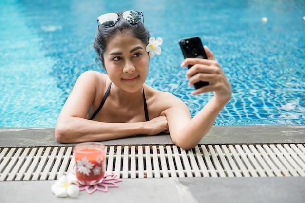 Sexy aziatische vrouw selfie bij zwembad