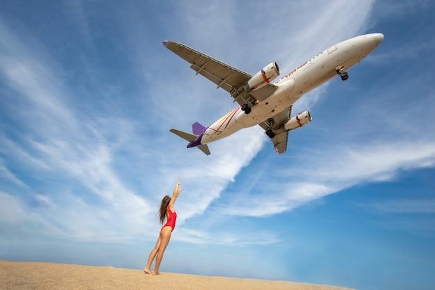 Sexy bikini vrouw reiziger staan â € <â € <op de zee mai khao strand provincie phuket, thailand