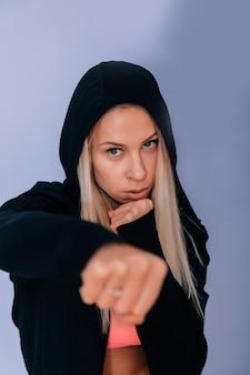Sexy blonde atletische vrouw oppompen in de sportschool. soft focus fotoshoot.