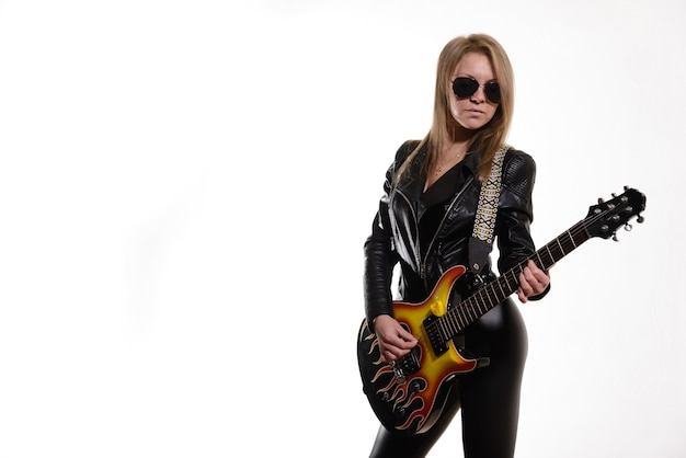 Sexy blonde meisje in zonnebril zwart lederen jas zwarte elektrische gitaar spelen