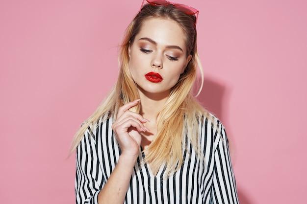 Sexy blondemeisje op een roze achtergrond