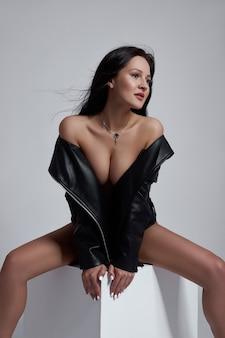 Sexy brunette vrouw met lang haar, perfect figuur slank lichaam. natuurlijke make-up op het gezicht van een meisje
