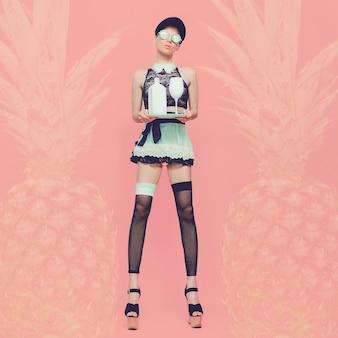 Sexy dame serveerster glamoureuze feeststijl vanille ananas achtergrond