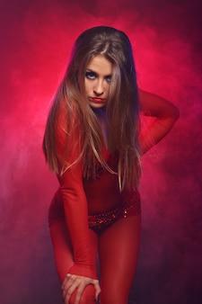 Sexy danser in het rood