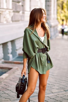 Sexy elegante vrouw poseren op straat