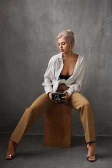 Sexy en mooie blonde jonge vrouw met een perfect lichaam en grote borsten
