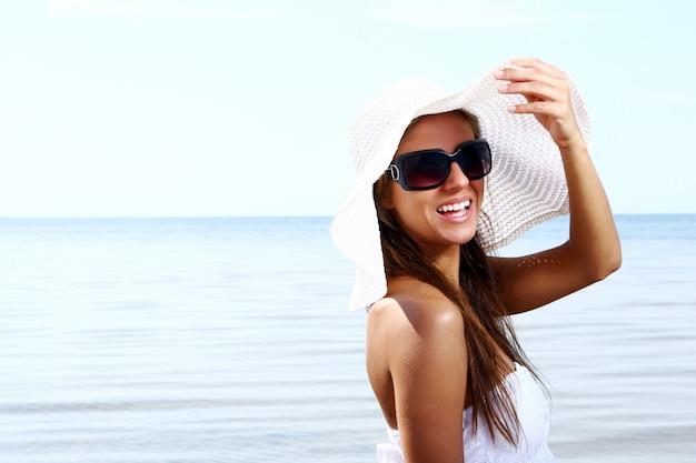 Sexy en mooie vrouw op strand