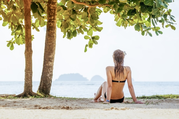 Sexy geschikte vrouw in bikini op strand