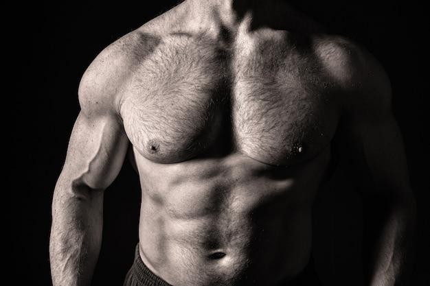 Sexy gespierde mannelijke torso en lichaam met harige borst van knappe macho man of atleet kerel workout