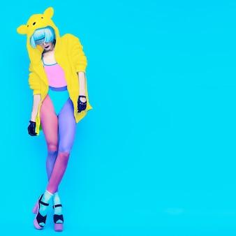 Sexy gogo lady op een blauwe achtergrond gekke dansende partij
